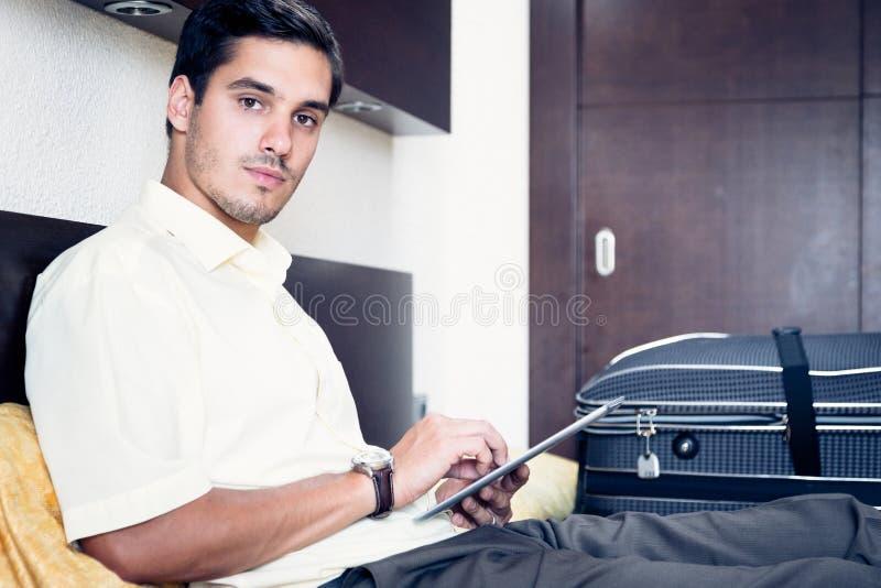 Zakenman in hotelruimte stock foto's