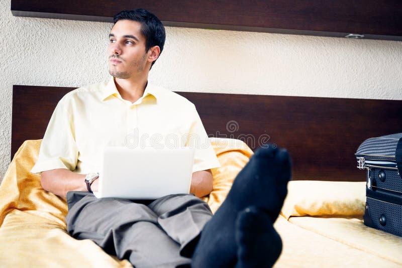 Zakenman in hotelruimte stock foto