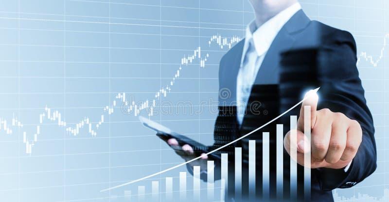 Zakenman huidige financiële hand wat betreft grafiek het groeien busine stock foto's