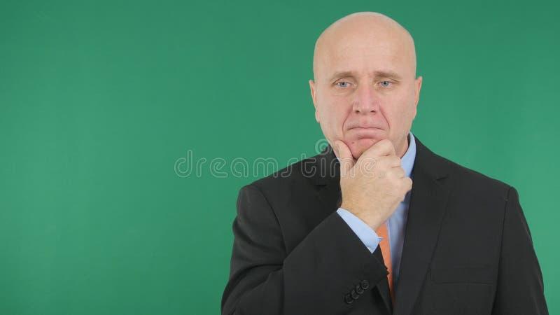Zakenman Image Staying Pensive en het Denken Ongerust gemaakt stock fotografie