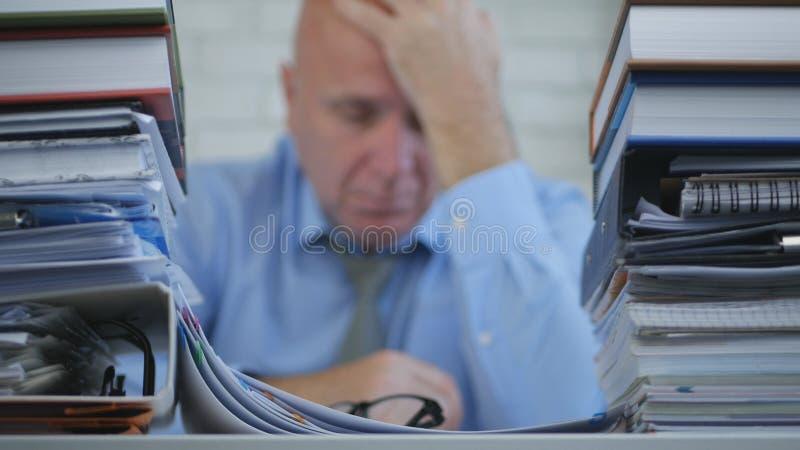 Zakenman Image Staying Tired Bored en in Bureauzaal die wordt verstoord royalty-vrije stock afbeelding