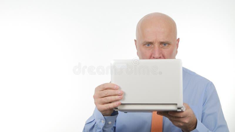Zakenman Image Using Laptop voor Mededeling stock foto