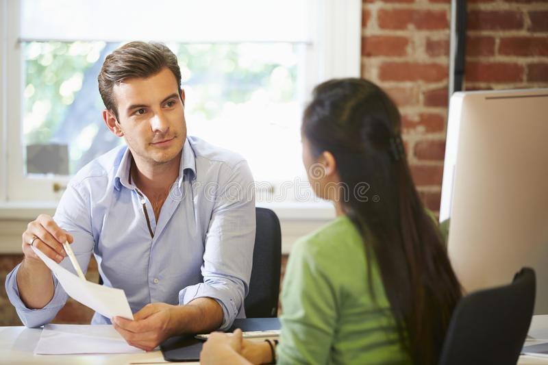 Zakenman Interviewing Female Job Applicant In Office royalty-vrije stock afbeeldingen