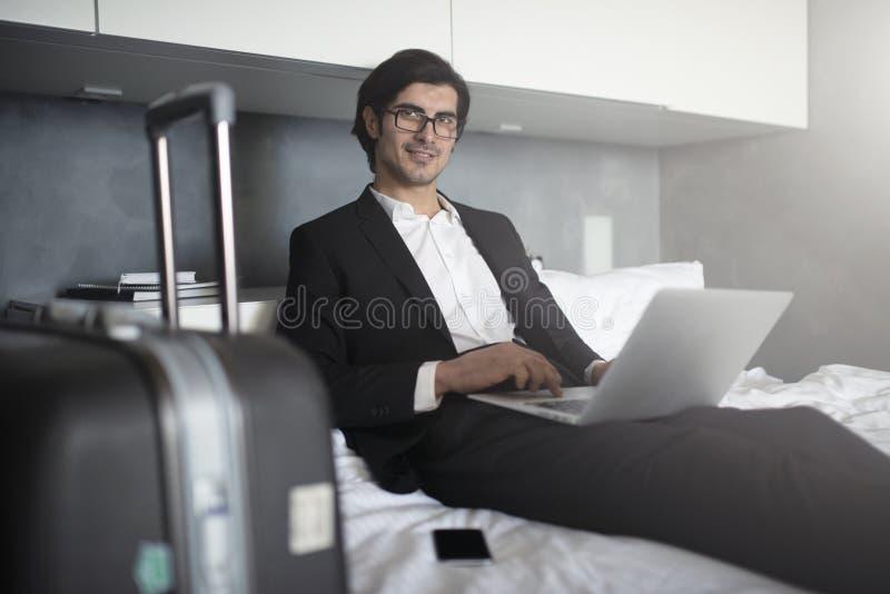Zakenman klaar om de werken met zijn laptop te reizen royalty-vrije stock fotografie