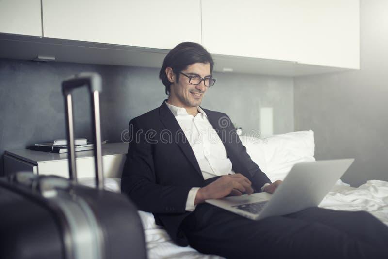 Zakenman klaar om de werken met zijn laptop te reizen stock afbeeldingen