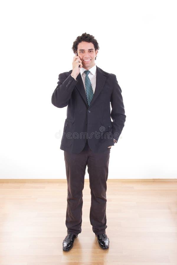 Zakenman in kostuum die met cel mobiele telefoon spreken royalty-vrije stock foto