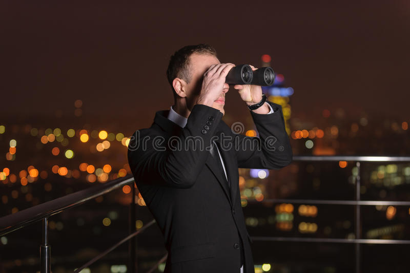 Zakenman Looking Through Binoculars stock foto's