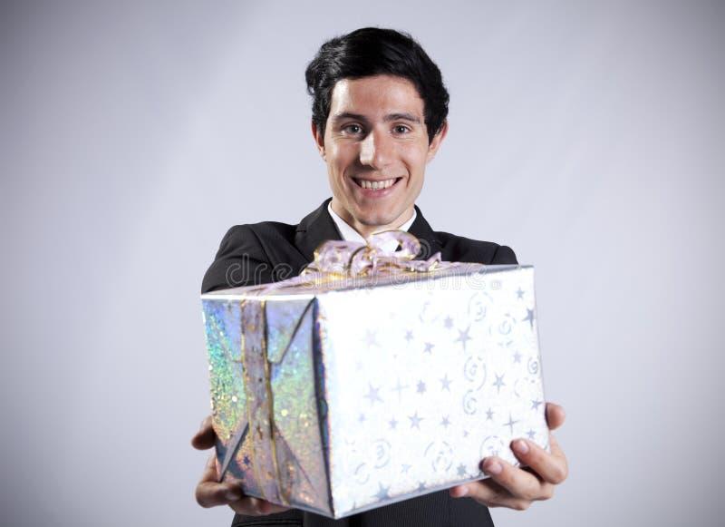 Zakenman met een giftpakket royalty-vrije stock afbeelding