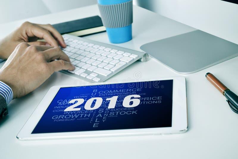 Zakenman met een markeringswolk van doelstellingen voor 2016 in zijn tablet royalty-vrije stock foto's