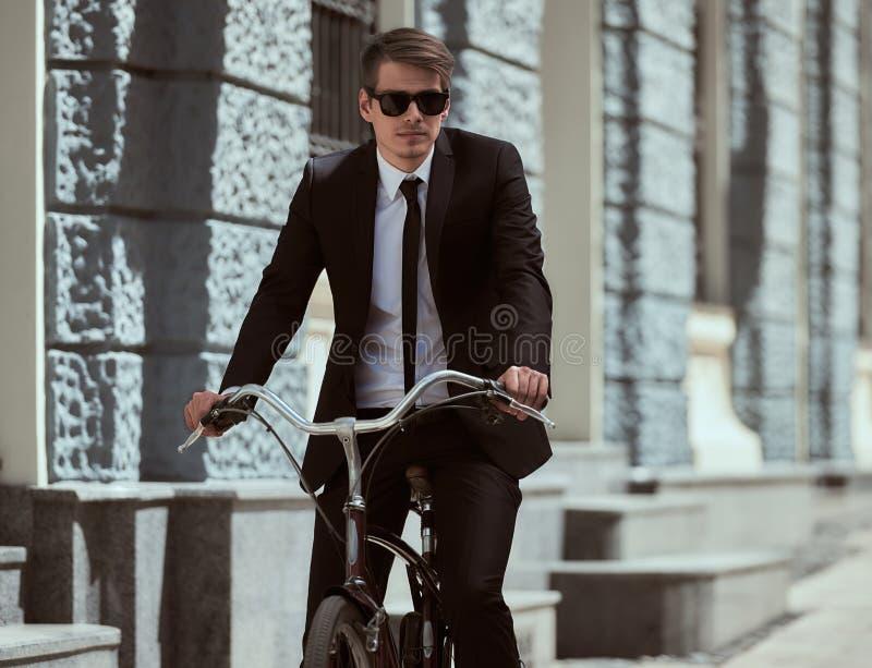 Zakenman met fiets stock afbeelding