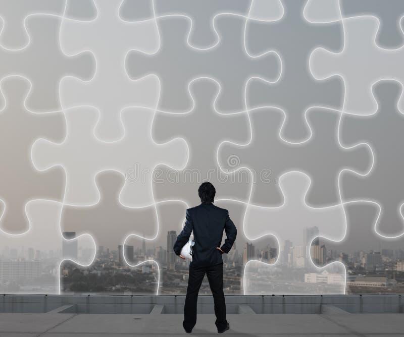 Zakenman met het figuurzaagscherm, bedrijfsstrategieconcept royalty-vrije stock afbeeldingen