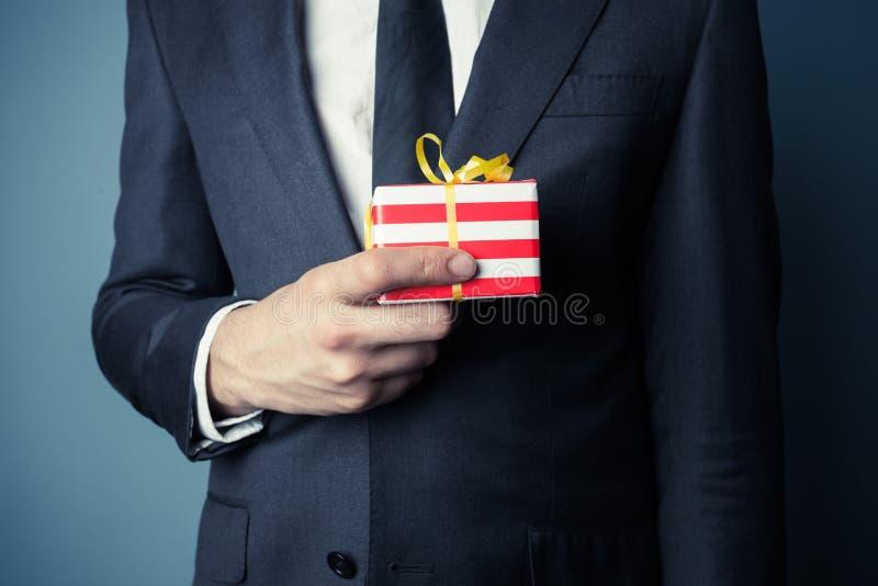 Zakenman met kleine gift stock foto's