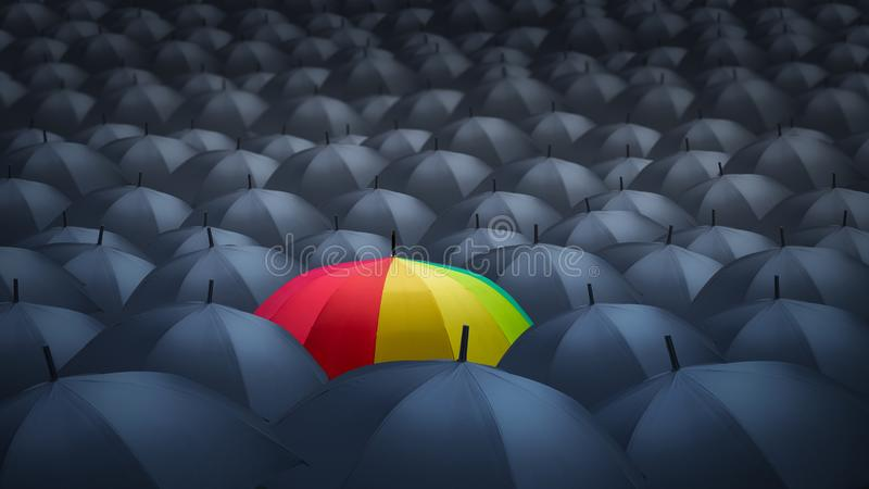 Zakenman met kleurrijke unieke regenboogparaplu onder andere, stock afbeelding