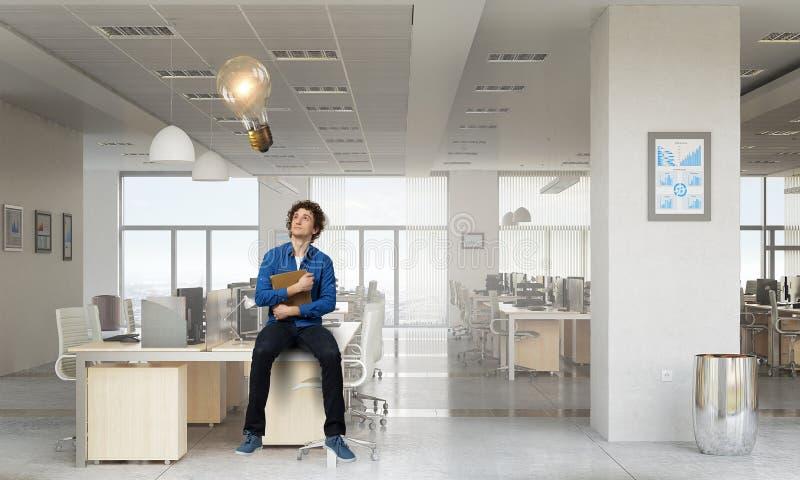 Zakenman met koffie die in het bureau werkt Gemengde media royalty-vrije stock foto's