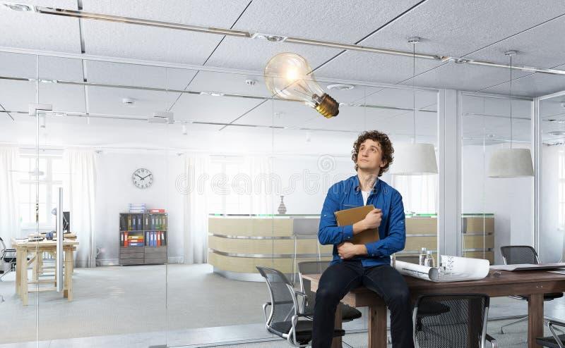 Zakenman met koffie die in het bureau werkt Gemengde media stock fotografie