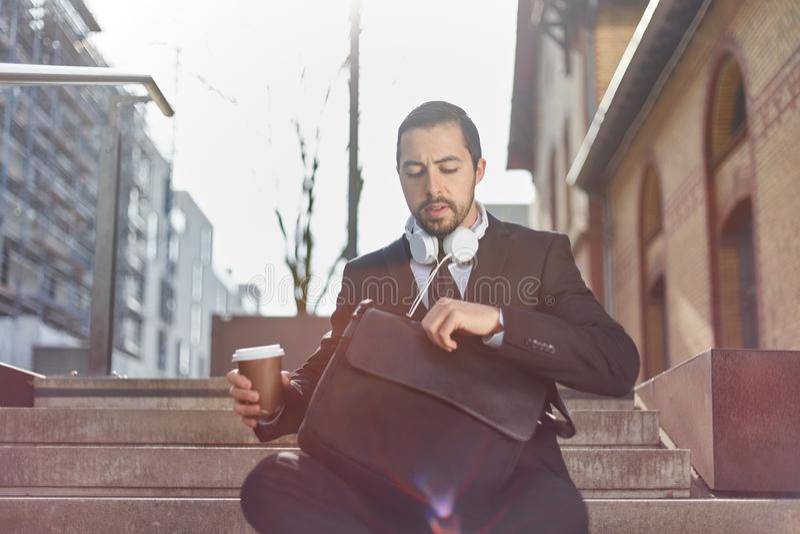 Zakenman met koffiemok en aktentas royalty-vrije stock fotografie