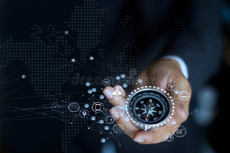 Zakenman met kompas Bepaal marketing richting stock afbeeldingen