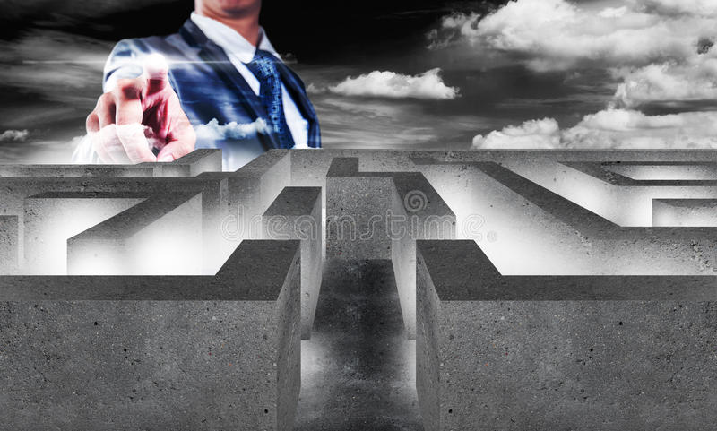 Zakenman met labyrint, bedrijfsconcept van besluit die - maken stock foto