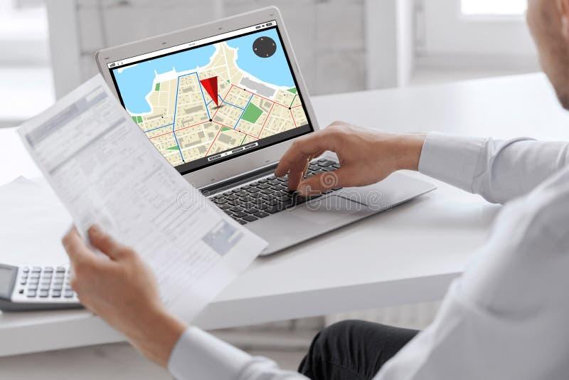 Zakenman met laptop computer die op kantoor werken stock afbeeldingen