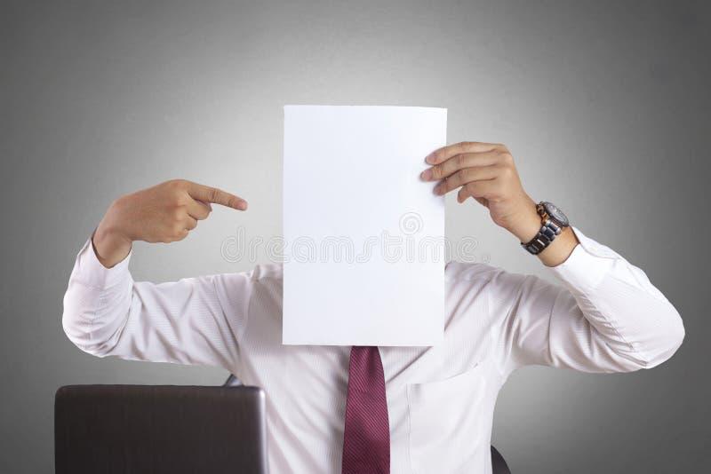 Zakenman met Leeg Document Masker die Zijn Gezicht behandelen stock afbeeldingen