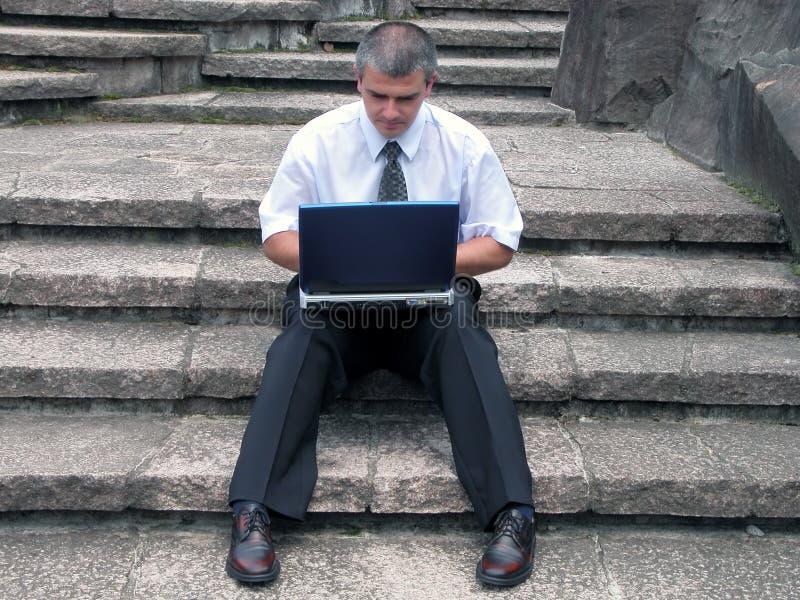 Zakenman met openlucht laptop stock foto's