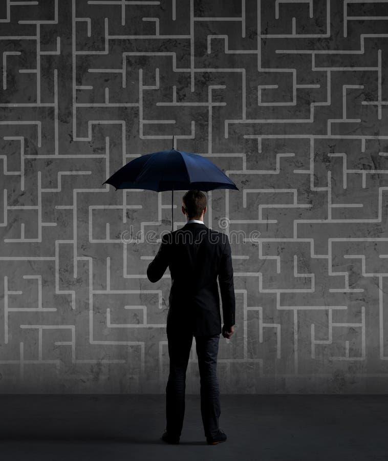 Zakenman met Paraplu Zwarte achtergrond met copyspace Busi stock fotografie