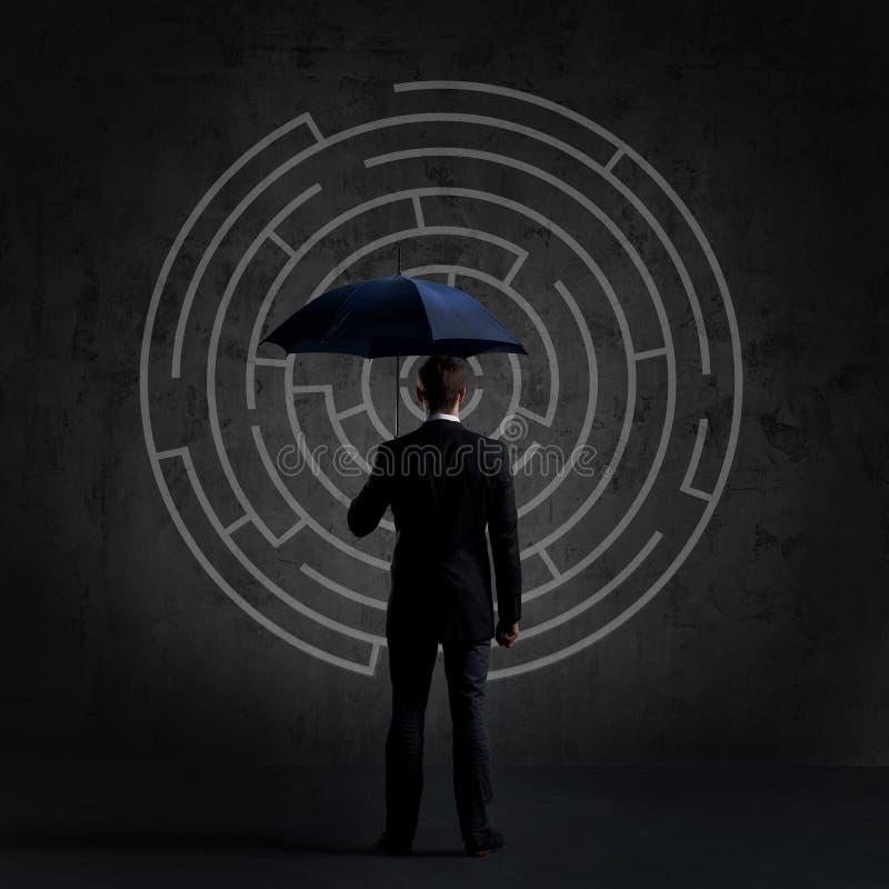 Zakenman met Paraplu Zwarte achtergrond met copyspace Busi royalty-vrije stock afbeelding