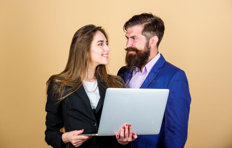 Zakenman met partner mededeling en vergadering Moderne technologie Bedrijfs paar zekere rijpe mens met stock foto's
