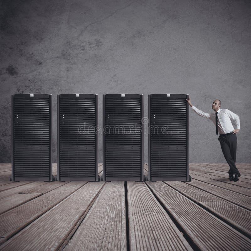 Zakenman met server stock afbeelding