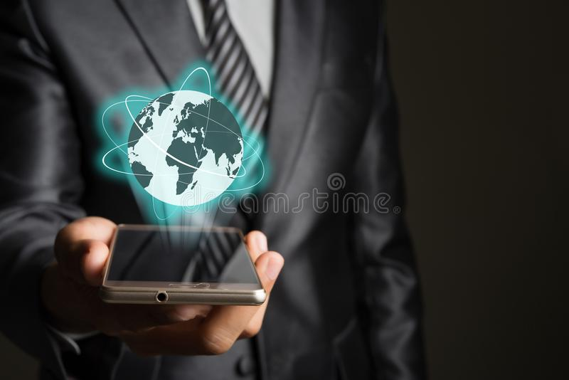 Zakenman met smartphone en Mondiaal net op het scherminterfa royalty-vrije stock afbeelding