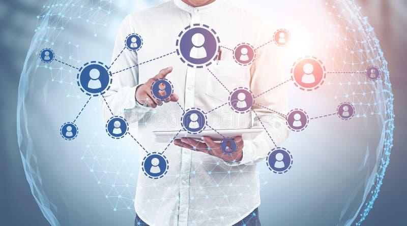 Zakenman met tabletcomputer, sociaal netwerk stock afbeelding