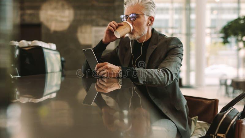 Zakenman met telefoon het drinken koffie stock afbeeldingen