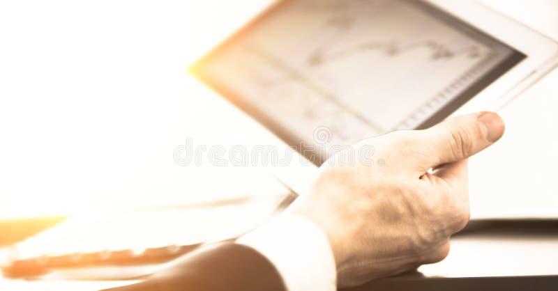 Zakenman met vinger wat betreft het scherm in digitale tablet royalty-vrije stock foto