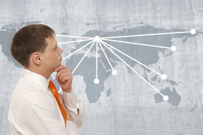 Zakenman met wereldkaart stock afbeelding