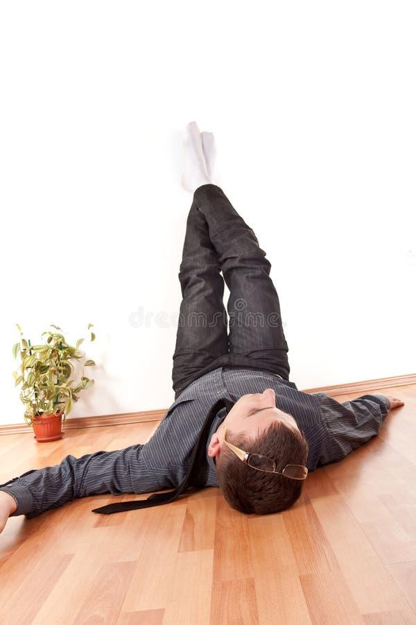 Zakenman met zijn omhoog benen stock foto's