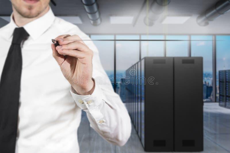 Zakenman in moderne serverruimte het schrijven firewall in de lucht, 3D Illustratie royalty-vrije stock foto
