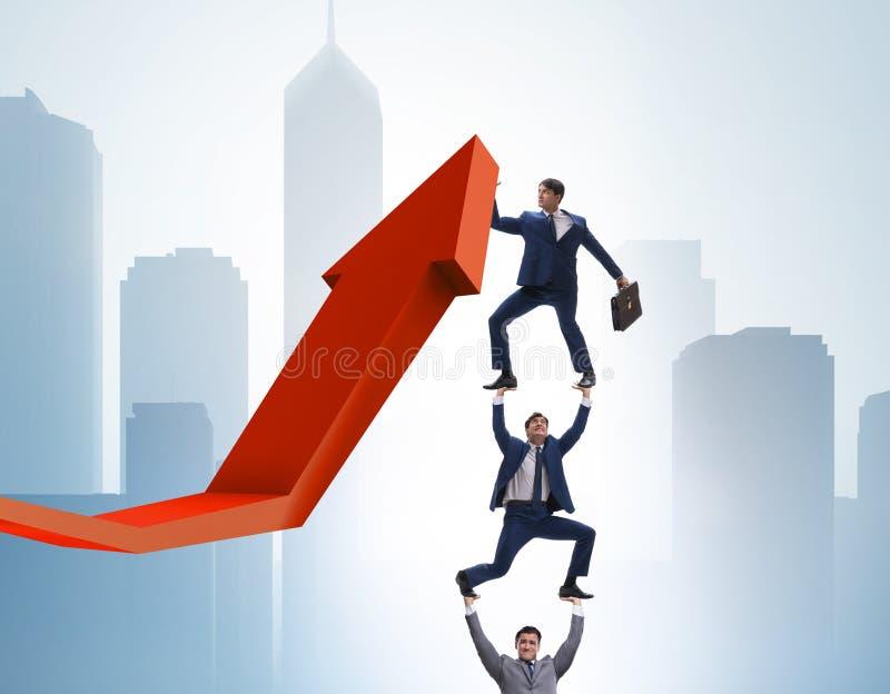 Zakenman ondersteunend growtn in economie op grafiekgrafiek royalty-vrije stock foto