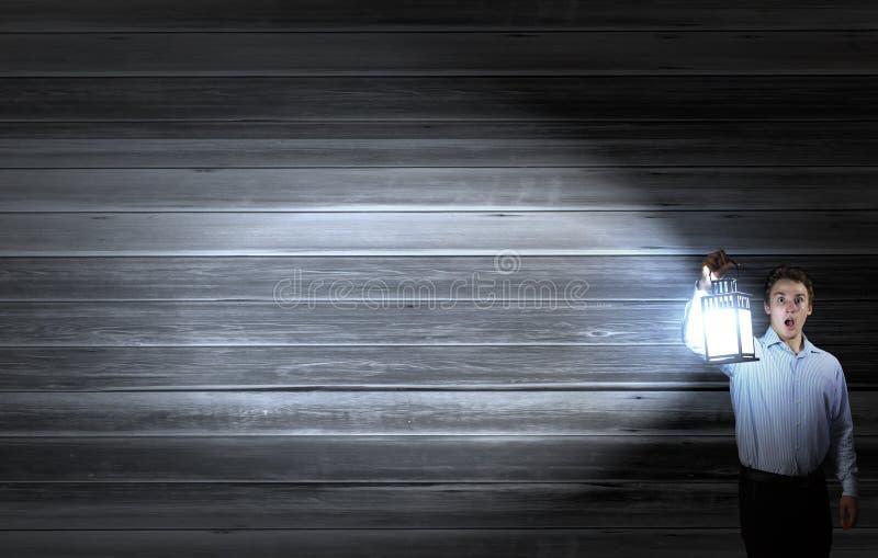 Zakenman in onderzoek in duisternis royalty-vrije stock foto's