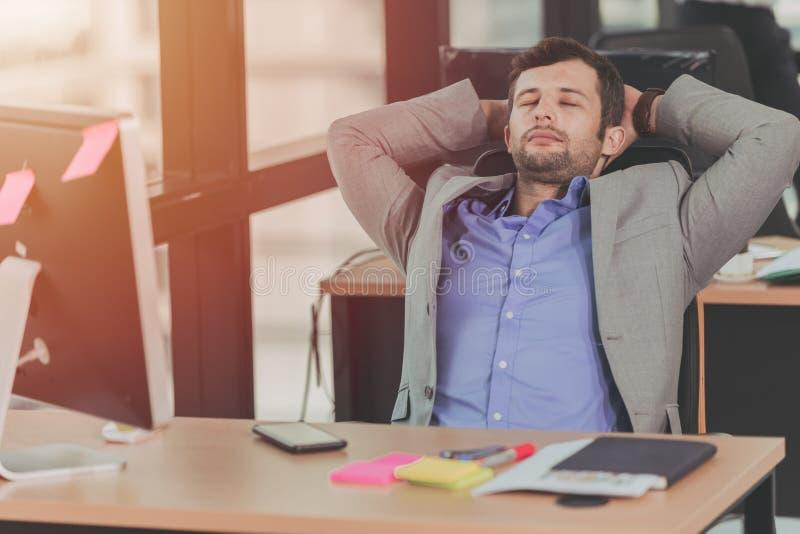 zakenman ontspannend rust dutje bij bureau stock afbeelding