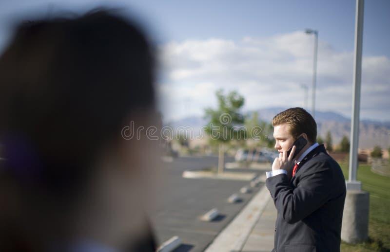 Zakenman op celtelefoon royalty-vrije stock afbeelding