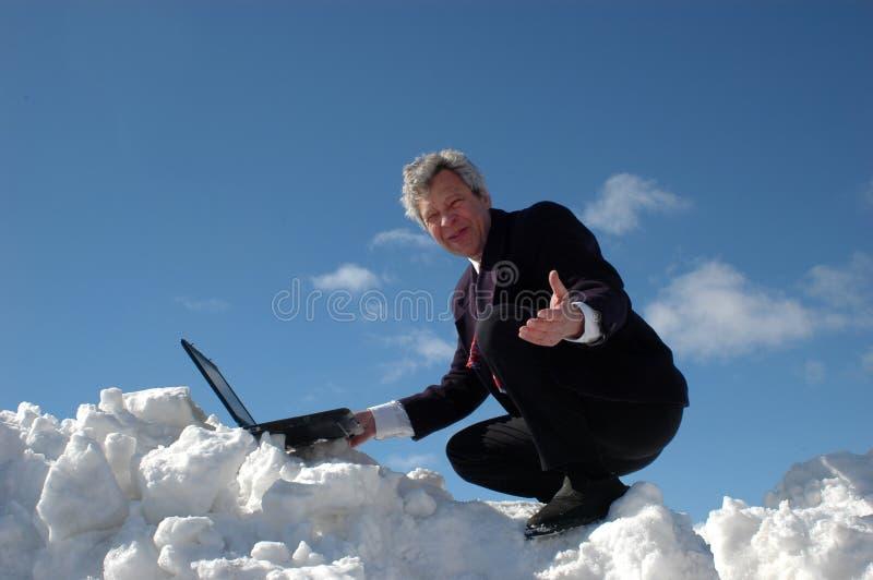 Zakenman op een skiheuvel stock foto's