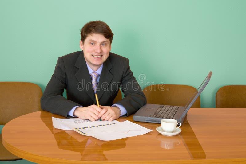 Zakenman op een werkplaats met laptop royalty-vrije stock foto's