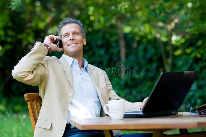 Zakenman op mobiele openlucht royalty-vrije stock afbeelding