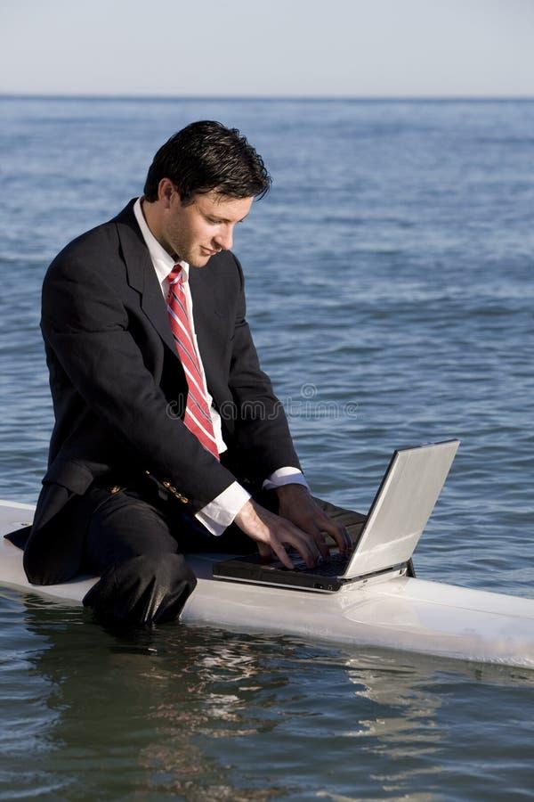 Zakenman op Surfplank stock afbeelding