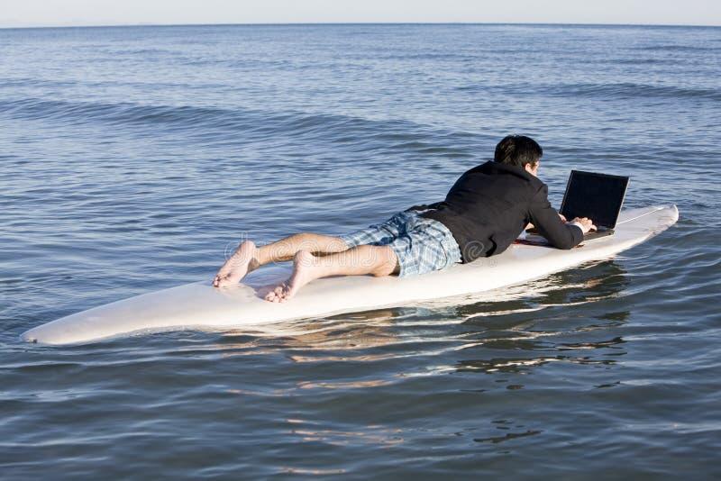 Zakenman op Surfplank stock fotografie