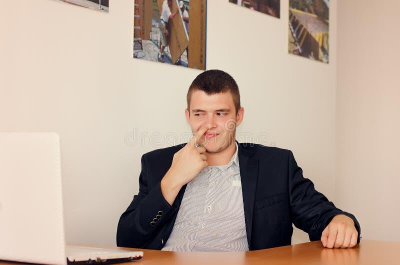 Zakenman Picking Nose in Bureau royalty-vrije stock foto's
