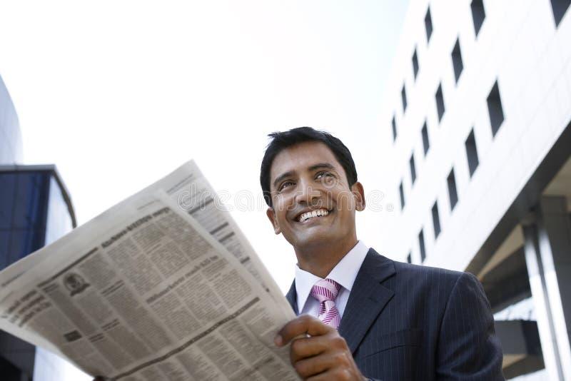 Zakenman Reading Newspaper Outdoors stock foto's