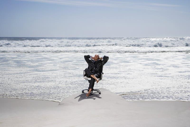 Zakenman Relaxing On Chair bij Strand royalty-vrije stock fotografie