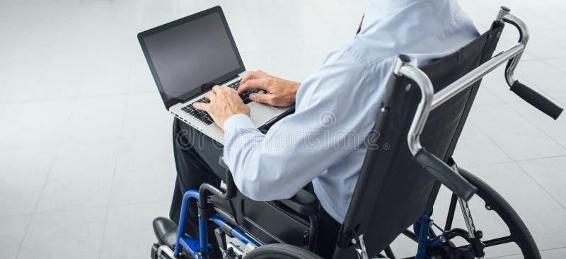 Zakenman in rolstoel stock afbeelding