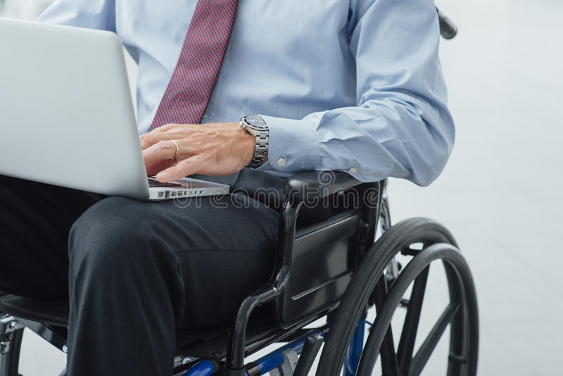 Zakenman in rolstoel stock fotografie